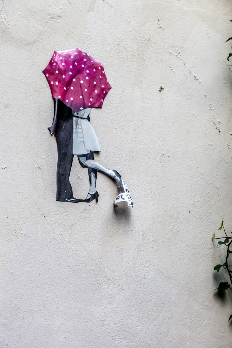 A kiss 'neath an umbrella, street art. 3327.jpg