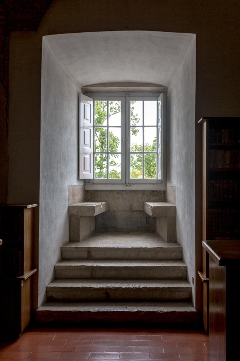 Medieval window seat in the map room beneath the Biblioteca Joanina. - WCF-3349.jpg