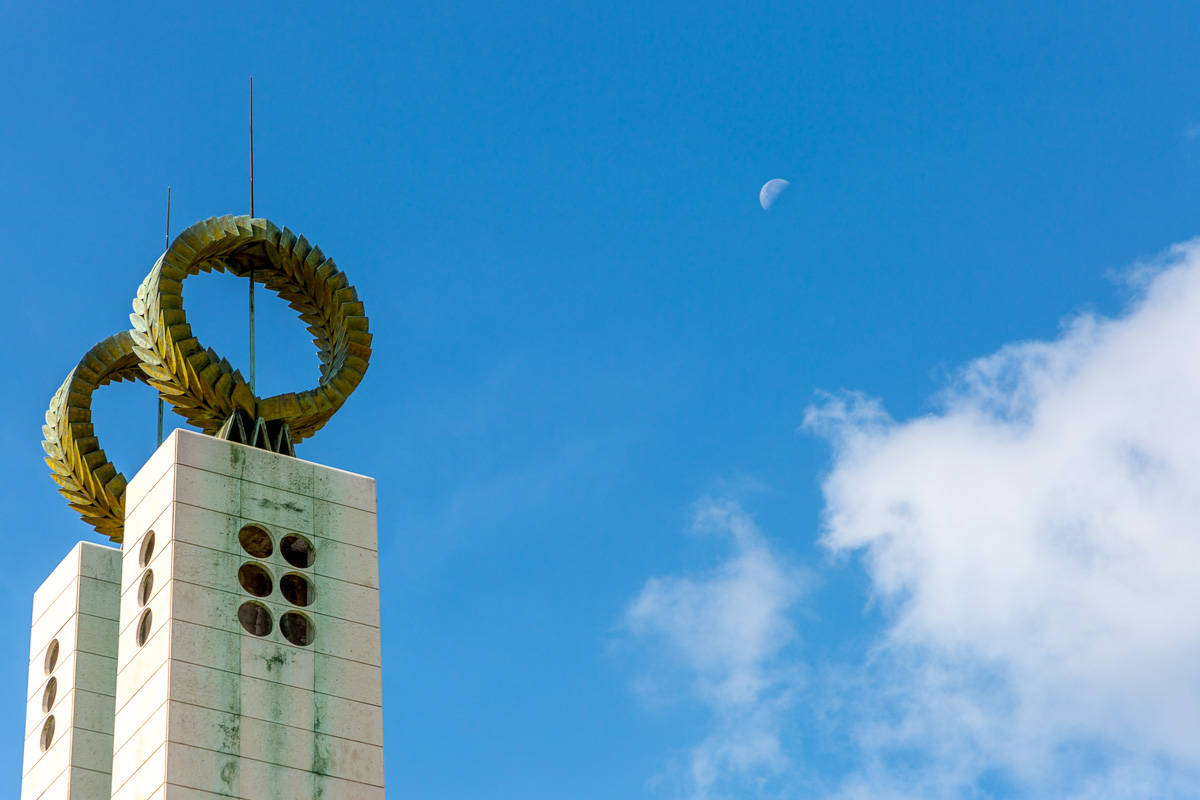 Monument and moon, in the Parque Eduardo VII Lisbon. - WCF-7262.jpg